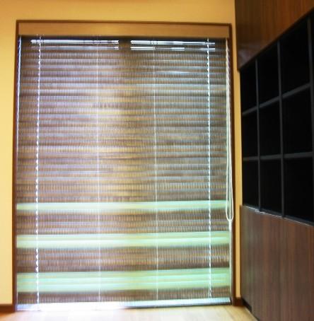 リビングの掃出し窓にヴィンテージ調ウンドブラインドの取付け