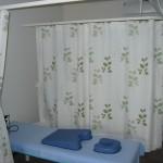 施術スペースを明るい雰囲気にする、整骨院の防炎カーテン 和泉市