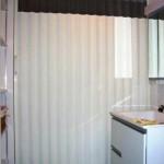 洗面所に奥に人の存在を感じるアコーディオンカーテンの取り付け 寝屋川市