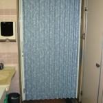 鍵付きアコーディオンカーテンを取り付け 〜老人ホームのトイレ入り口〜