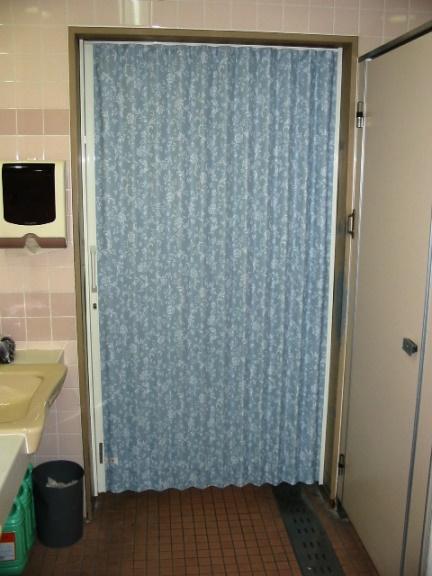 トイレの入り口のアコーディオンカーテン