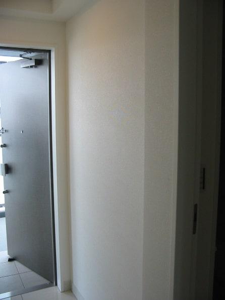 依頼前の玄関の壁