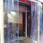 飲食店の入り口前にビニールカーテンを取り付け|大阪市北区