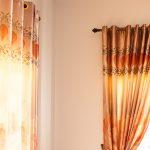 カーテンのハトメスタイルとは?| 特徴とインテリアにあたえる印象を紹介